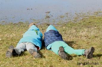 Hier liggen Corné en ik in het moeras bij de kleine geelpootruiter