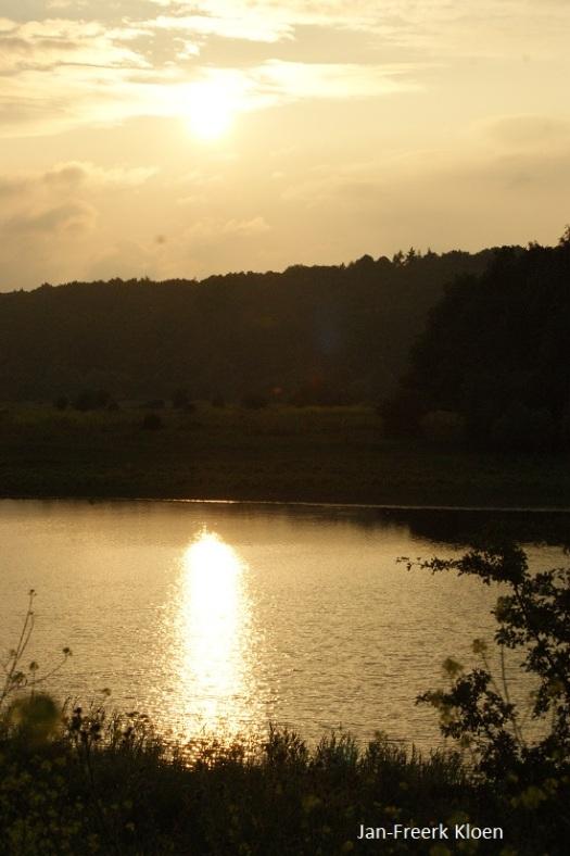De zonsondergang in de Blauwe kamer met op de achtergrond de Grebbeberg