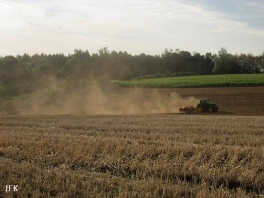 Tractor op een akker bij Sommethonne