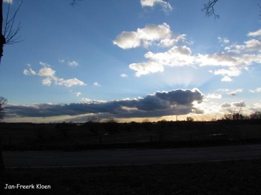 Deze foto maakte ik maandag al, zonnetje achter de wolken boven de uiterwaarden