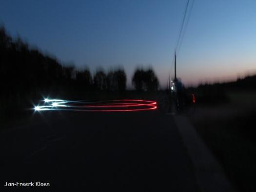 's Avonds heb ik deze foto gemaakt met 15 seconden sluitertijd, van iemand in het donker die met fietslicht aan rondjes rijdt.