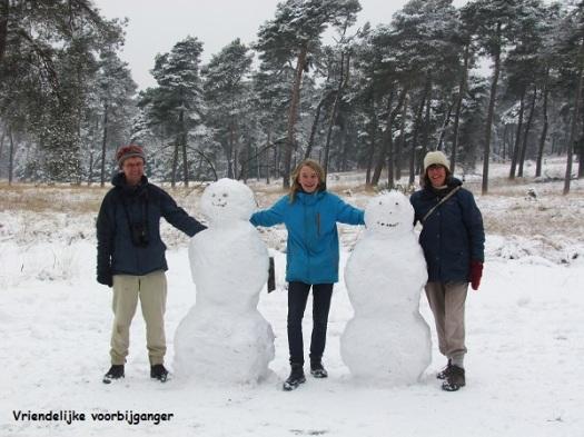 Papa, mama en ik bij onze sneeuwpoppen